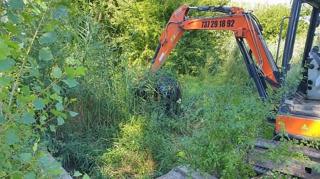 Rybník si žádá údržbu. Ve Vojkovicích ho museli vyčistit pásovým bagrem