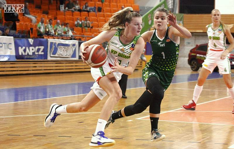 Basketbalistky KP Brno (v bílém Petra Malíková) mají v této ligové sezoně po třech zápasech stoprocentní bilanci. Foto: David Titz