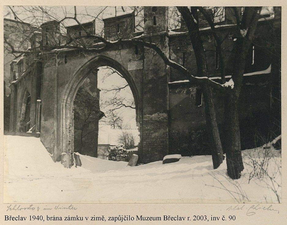 Břeclav. Brána tamního zámku v zimě 1940.