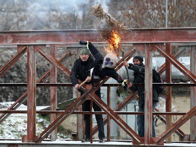 Hořící smrtky letěly z mostu do řeky. Do Brna může přijít jaro