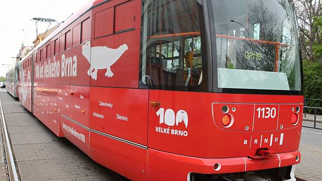 Speciální tramvaj zdobí drak i třiadvacet obcí. Pokřtila ji primátorka