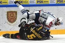 Brno 26.1.2020 - domácí HC Kometa Brno v bílém (Martin Zaťovič) proti HC Litvínov (Michal Trávníček)