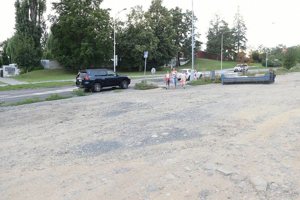 Parkování u Ústředního hřbitova v ulici Jihlavská.