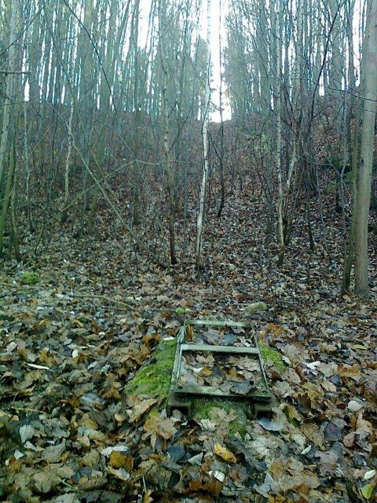 Základy dolní stanice demontovaného vleku a pohled na jeho zarůstající trasu mezi Adamovem a Útěchovem.