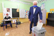 Brno 02.10.2020 - krajské a senátní volby 2020 v Brně Židenicích - hejtman Bohumil Šimek