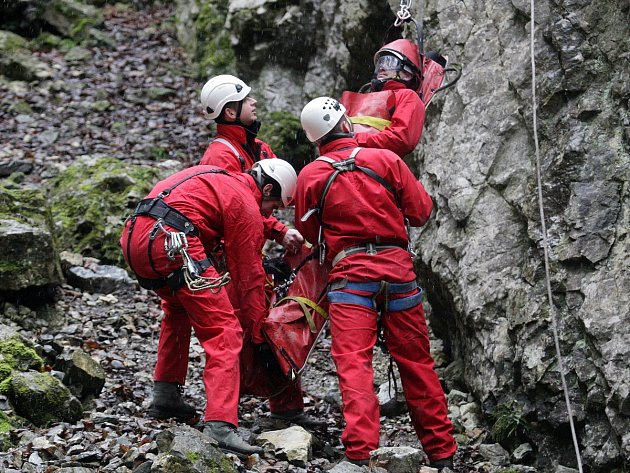 Záchranáři vytahovali zraněného ze dna propasti Macocha. Při cvičení v Moravském krasu.