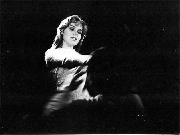 Dagmar Veškrnová v inscenaci Profesionální žena. Premiéra byla 8. listopadu 1974.