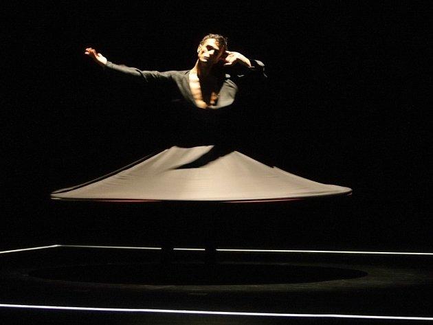 Dervišové tančí v kruzích, což je stará tradice.