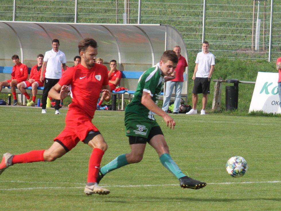 Fotbalisté Bohunice (červené dresy) obdrželi v sedmém kole krajského přeboru s Rousínovem čtyři branky, tentokrát udrželi nulu.