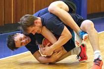 Každou středu hokejistům Komety zpestřuje letní přípravu basketbalový trénink s následným utkáním.