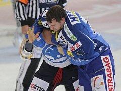 Jakub Koreis a Michal Dvořák si shodili rukavice a helmy a pustili se do bitky přímo na ledě.