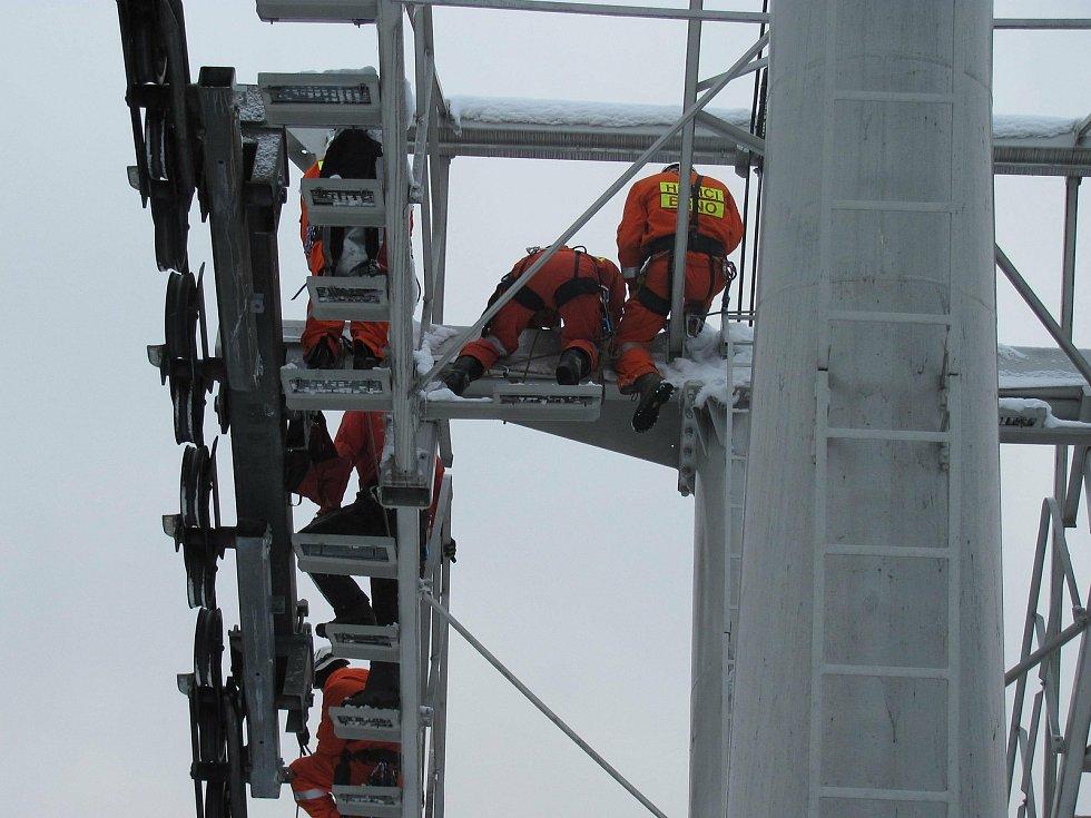 Údržba lanovky v zimě.