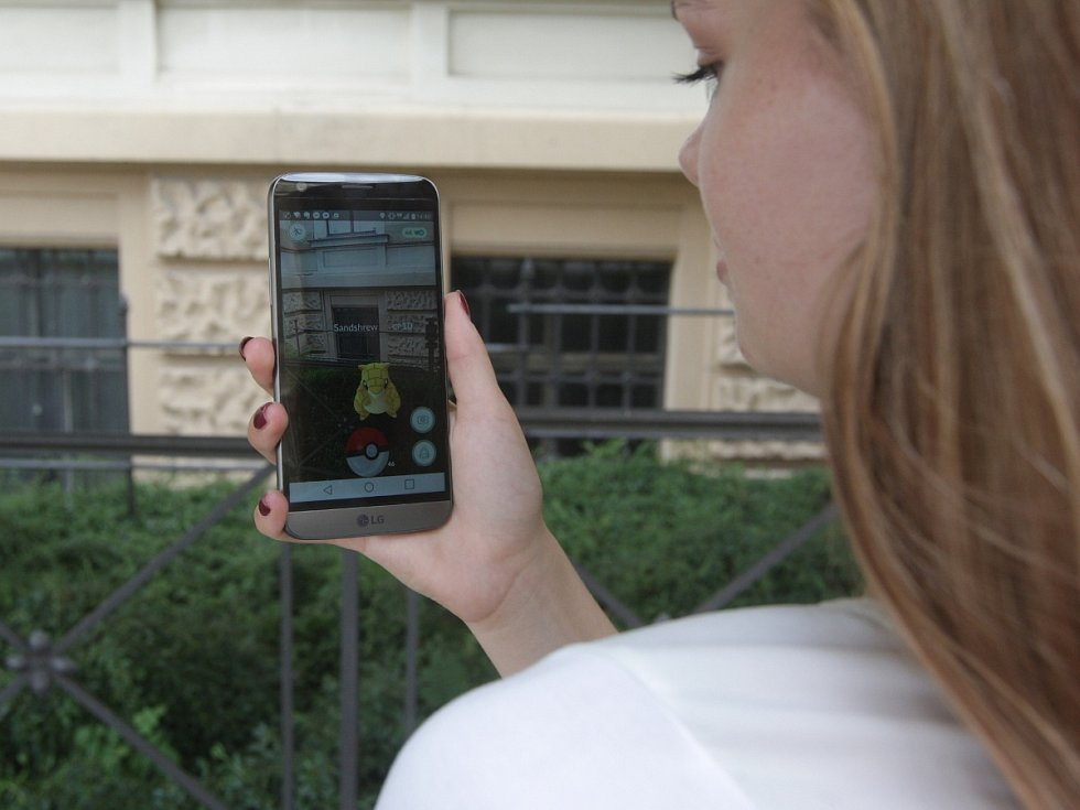 Animované postavičky takzvaných Pokémonů hledají v ulicích i Brňané. Hráči, kteří propadli populární mobilní aplikaci, se vydali na první společné chytání.