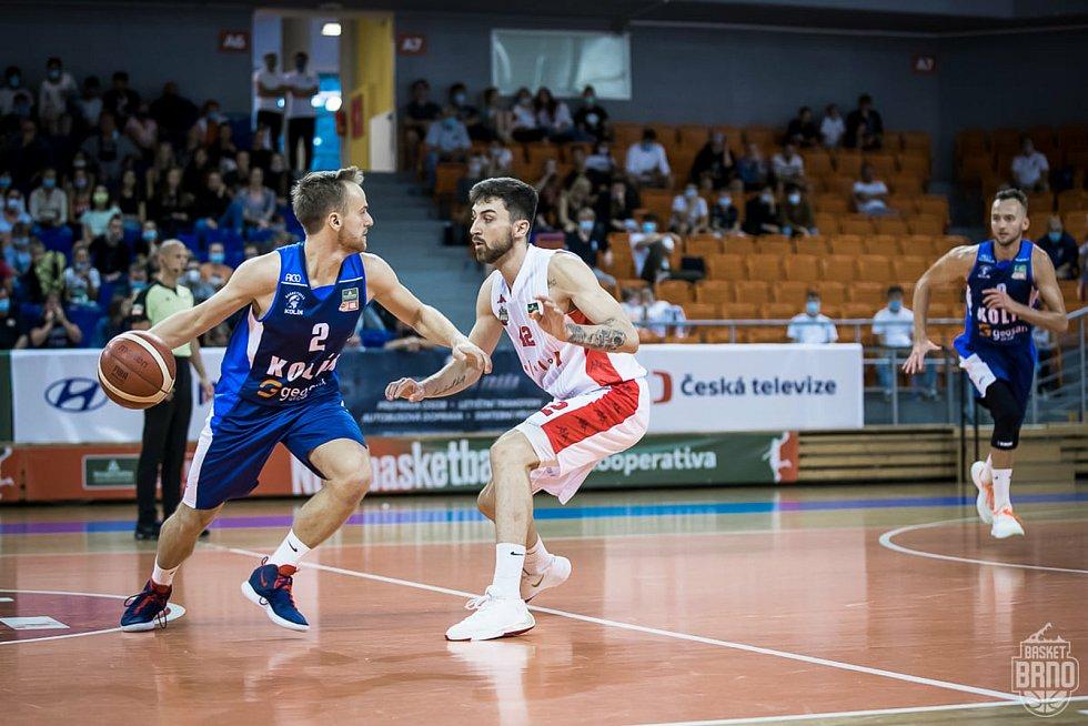 Brněnští basketbalisté (v bílém Zdeněk Nehyba) se utkají ve dvojzápase o třetí místo s Kolínem.