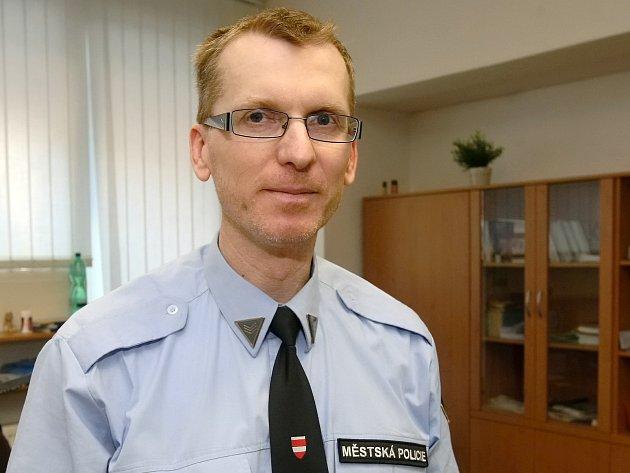 Odborník na bezpečnost na internetu Jan Čoupek pracuje pro Městskou policii Brno. Snaží se mezi lidi šířit povědomí o hrozbách internetu.