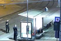 Osmatřicetiletého muže ležícího pod přístřeškem na lavičce v přestupním uzlu na brněnském Mendlově náměstí si vyhlédla ve čtvrtek kolem jedenácté hodiny v noci osmnáctiletá žena a okradla ho. Jde o druhý případ okradení spícího muže za pár dní.