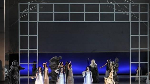 Rusalka na jevišti Janáčkova divadla v Brně. Scénu navrhl Daniel Dvořák, kostýmy Sylva Zimula Hanáková