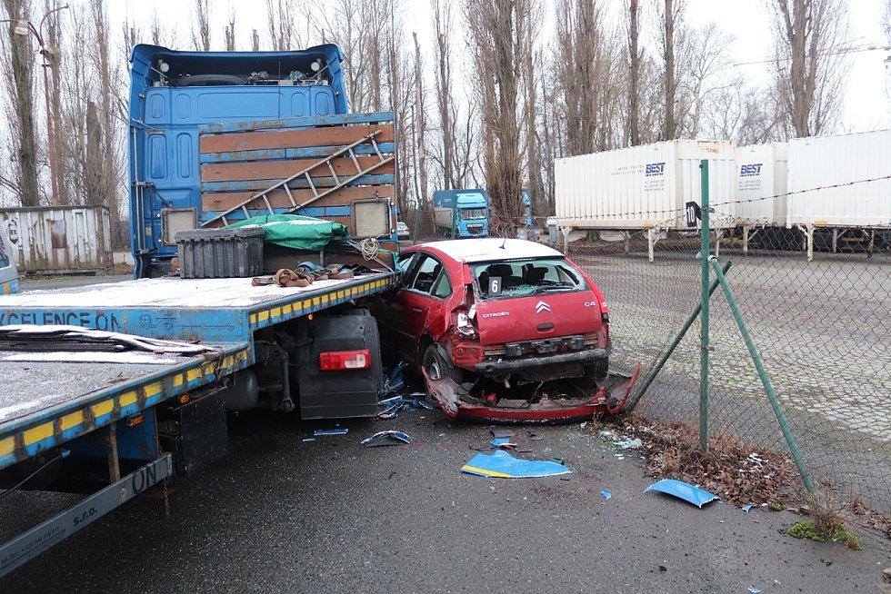 Řidič kamionu naboural v areálu brněnské dopravní firmy devět aut. Foto: policie ČR