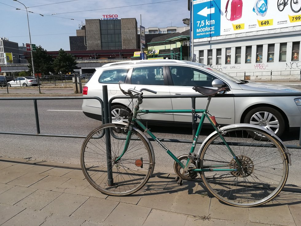Nepojízdných kol přivázaných k zábradlí i značkám v brněnských ulicích ubývá. Od začátku srpna, kdy s jejich likvidací zaměstnanci Brněnských komunikací začali, zmizely čtyři. Masivního odstraňování pojízdných kol se cyklisté prý bát nemusí.