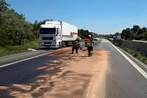 Mezi 198. a 199. kilometrem praskla nádrž kamionu a na silnici vyteklo zhruba 300 litrů nafty.