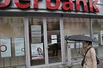 Zásah protikorupční policie v brněnské pobočce Oberbank v Lidické ulici kvůli kauze Edbusy.
