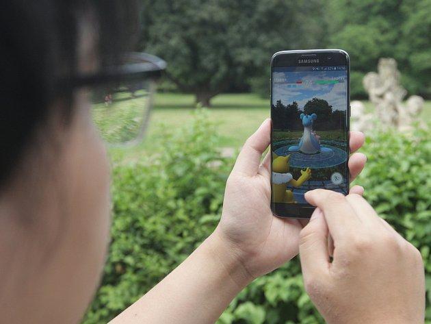 Pikaču, Bulbasaur, Charmander. Tři z mnoha animovaných postaviček z Japonska, které ve středu na společném lovu v Lužáneckém parku chytaly asi čtyři desítky hráčů mobilní aplikace Pokemon Go.