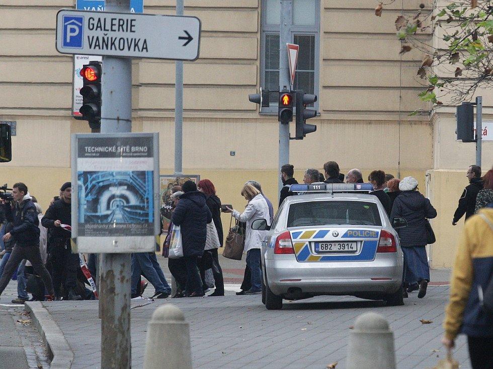 Anonym v úterý dopoledne nahlásil bombu na brněnském autobusovém nádraží Zvonařka. Policisté místo vyklidili, částečně uzavřeli i blízkou Galerii Vaňkovka. Žádnou bombu ale nenašli.