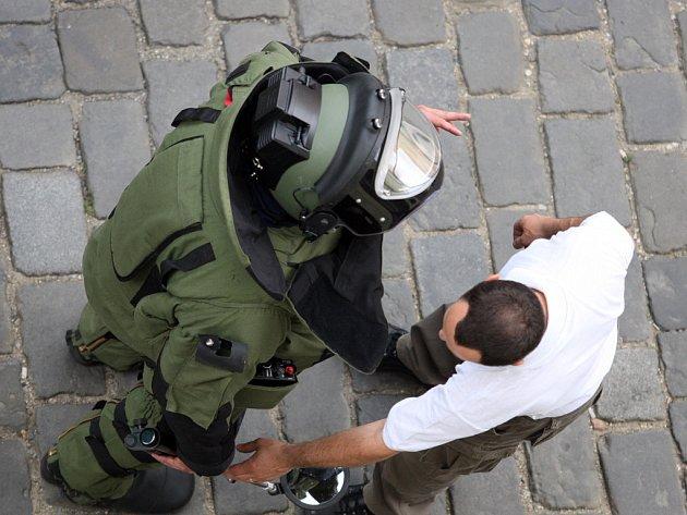 Údajná bomba v autě uzavřela Šilingrovo náměstí
