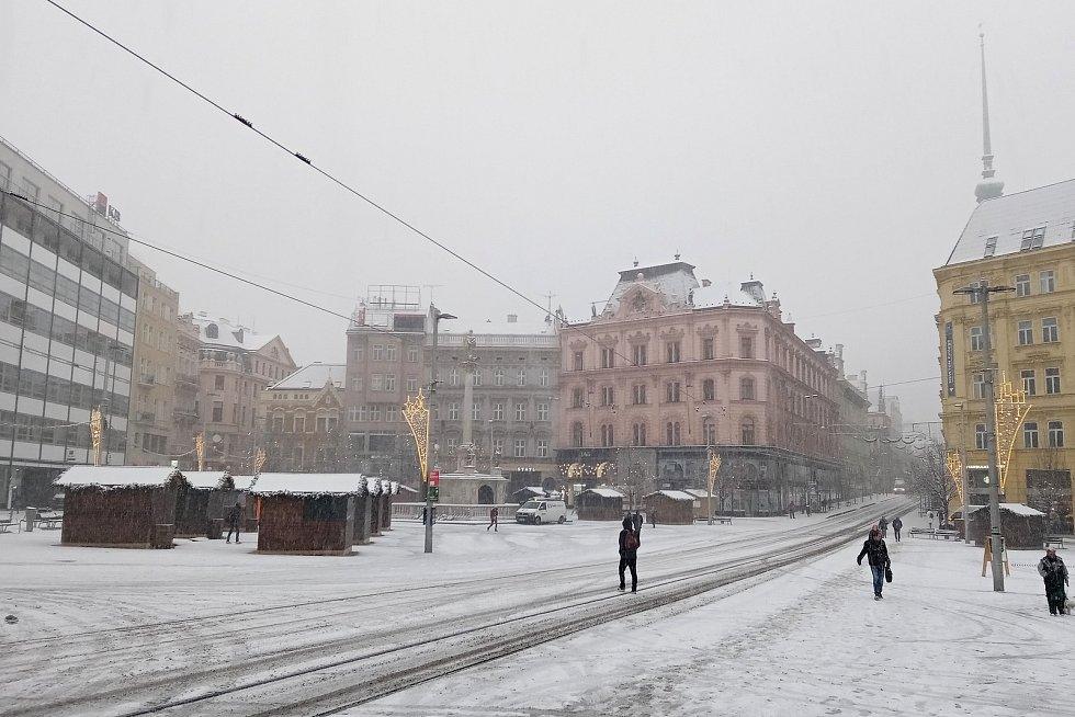 Centrum Brna zasypal sníh. Na snímku náměstí Svobody.