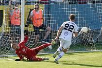 4.7.2020 - domácí SK Líšeň v bílém (Martin Rolinek) proti FK Dukla Praha (Filip Rada)