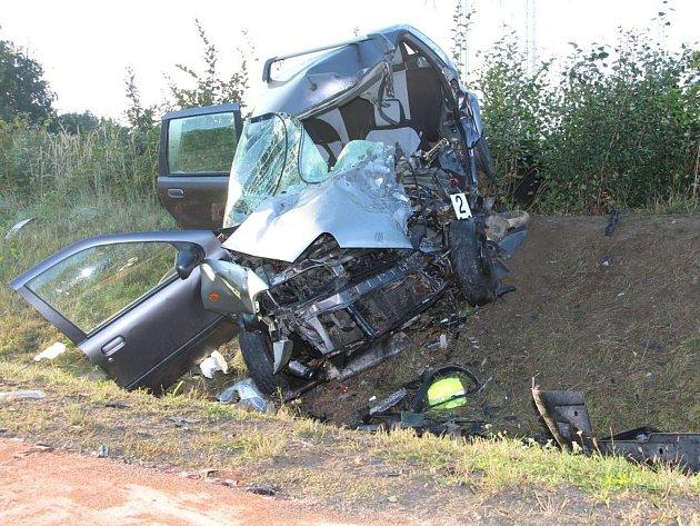 Ve čtvrtek ráno došlo na silnici mezi Popůvkami a Rosicemi kzávažné dopravní nehodě. Dvacetiletý řidič VW Passat přejel do protisměru, kde se čelně střetl sosobním automobilem Fiat Punto. Čtyřiadvacetiletá řidička fiatu srážku nepřežila.