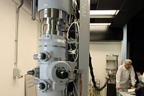 Elektronový mikroskop.