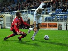 O míč bojuje brněnský obránce Kuncl (v červeném)
