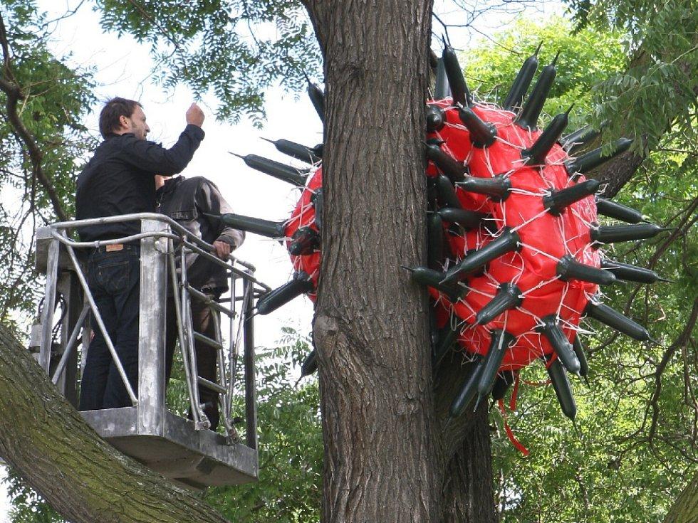 V brněnských ulicích se už od začátku týdne začínají objevovat roztodivné sochy a plastiky. Jako součást přehlídky Sochy v ulicích – Brno Art Open '09 tam budou až do konce srpna.