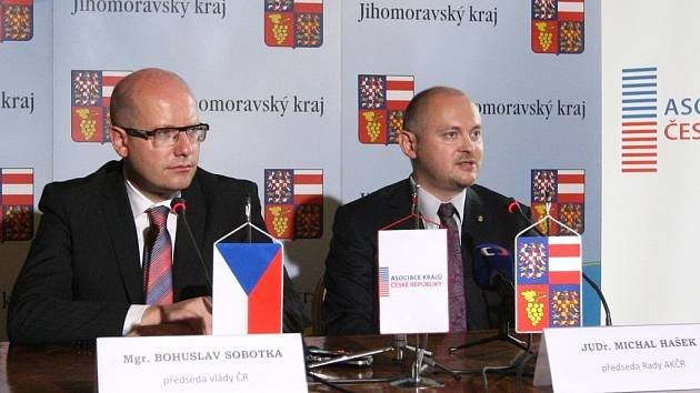 Premiér Bohuslav Sobotka a jihomoravský hejtman Michal Hašek.