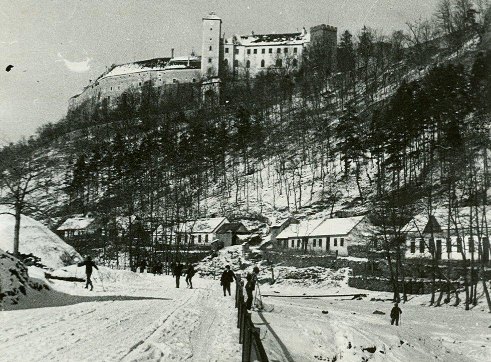 Celkový pohled na hrad Bítov a na část vesnice pod ním v zimě. Chalupy - Krutišova, Komendova+Klobkova (nalepeny na sebe), Janíčkova (Lambert Janíček, chalupa je na snímku úplně na kraji a není celá). Autorem je Weidenthaler.