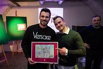 Jeden z obrázků vydražil také moderátor Leoš Mareš (vlevo).