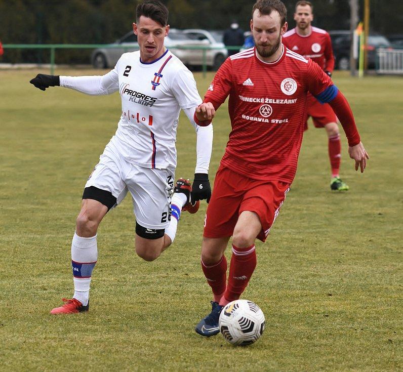 Líšeňští fotbalisté (v bílém Jan Silný) zvítězili před startem jarní části FORTUNA:NÁRODNÍ LIGY v přípravném utkání s Třincem 1:0.