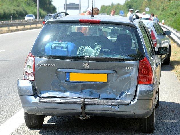 Po páteční nehodě kamionu v sobotu v koloně havarovala čtyři auta.