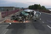Srážka osobního auta a autobusu skončila smrtí jednoho z řidičů. Nehoda se stala krátce před druhou hodinou v noci poblíž obce Pasohlávky nad stavidlem mezi první a druhou vodní nádrží na silinici I/52.
