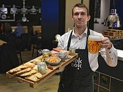 Nově otevřená restaurace Nok Nok v Brně se stala 800. provozovnou v České republice, kde se čepuje plzeňské pivo z tanku.