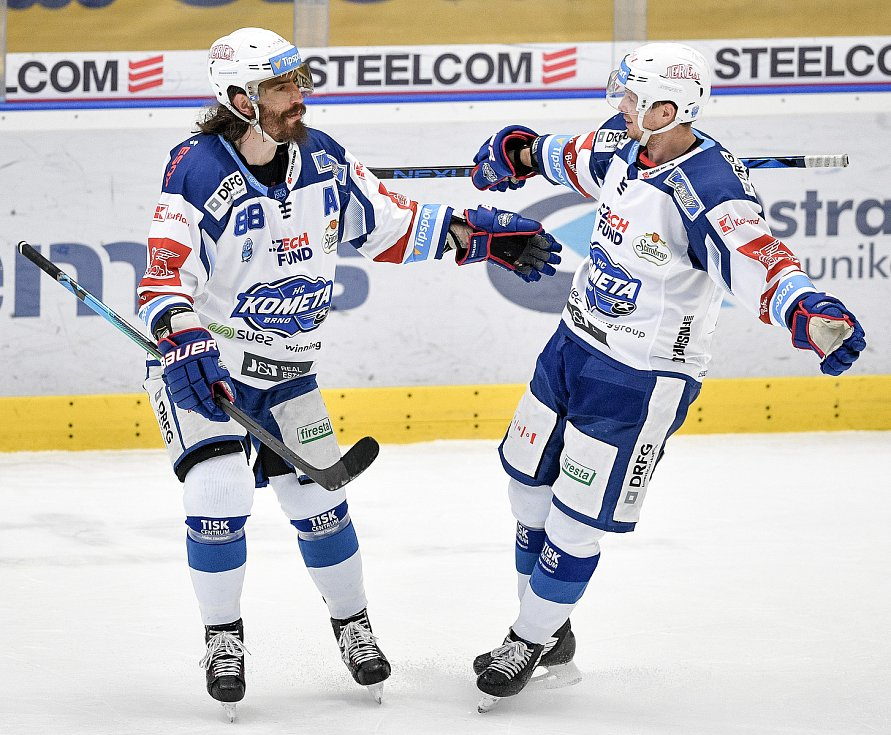 Utkání předkola play off hokejové extraligy - 5. zápas: HC Vítkovice Ridera - HC Kometa Brno, 16. března 2021 v Ostravě. (zleva) Peter Randy Mueller z Brna a Daniel Rákos z Brna se radují z gólu.