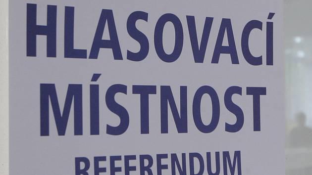 S úderem osmé hodiny ráno se otevřela volební místnost v Podolí na Brněnsku. Tamní obyvatelé rozhodují, jestli v obci vyroste obří kasino. Ještě před pátečním hlasováním jitřila atmosféru obvinění.