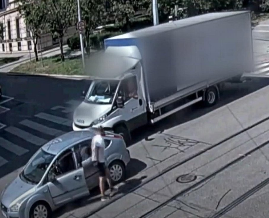 Řidič fordu jako první vystoupil z auta a šel proti řidiči dodávky.