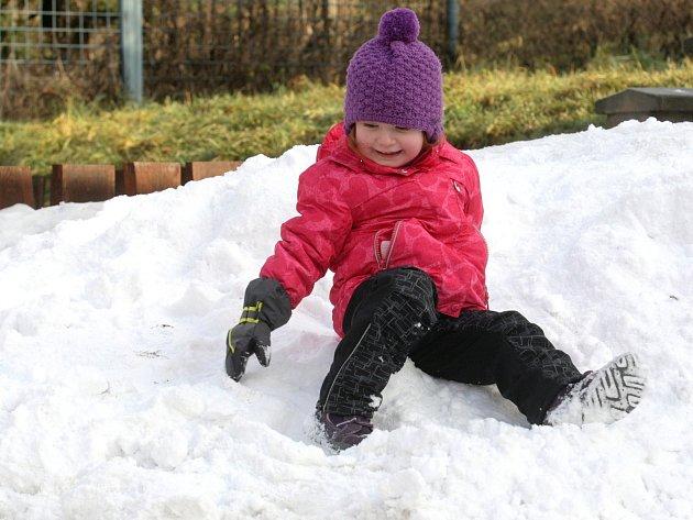 Děti si po vánočních svátcích užily alespoň jednu hromadu zmrzlého sněhu.