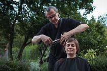 Kadeřnický mistr Jan Špilar ze salonu Střihoruký Edward si připravil kadeřnickou show v brněnské Otevřené zahradě.