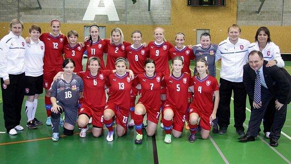Společná fotka před zápasem se Slovenskem.
