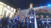 Tým hokejové Komety slavil mistrovský titul spolu s tisíci fanoušky na brněnském Zelném trhu.