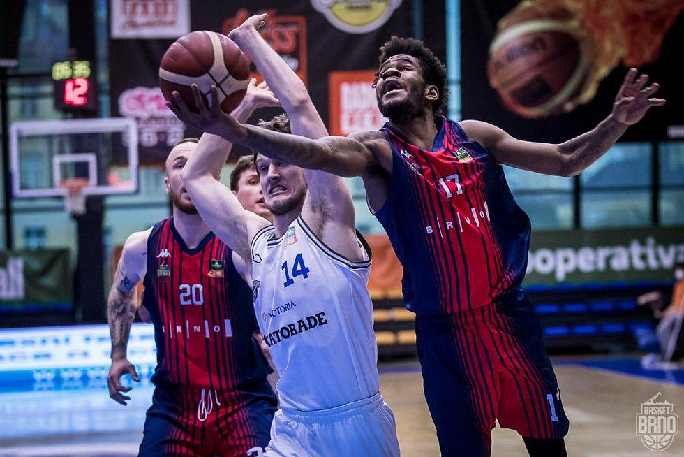 Brněnští basketbalisté (v modro-červených dresech) se s USK Praha střetli v sobotu i v neděli. O postupujícím do semifinále rozhodne pátý duel.