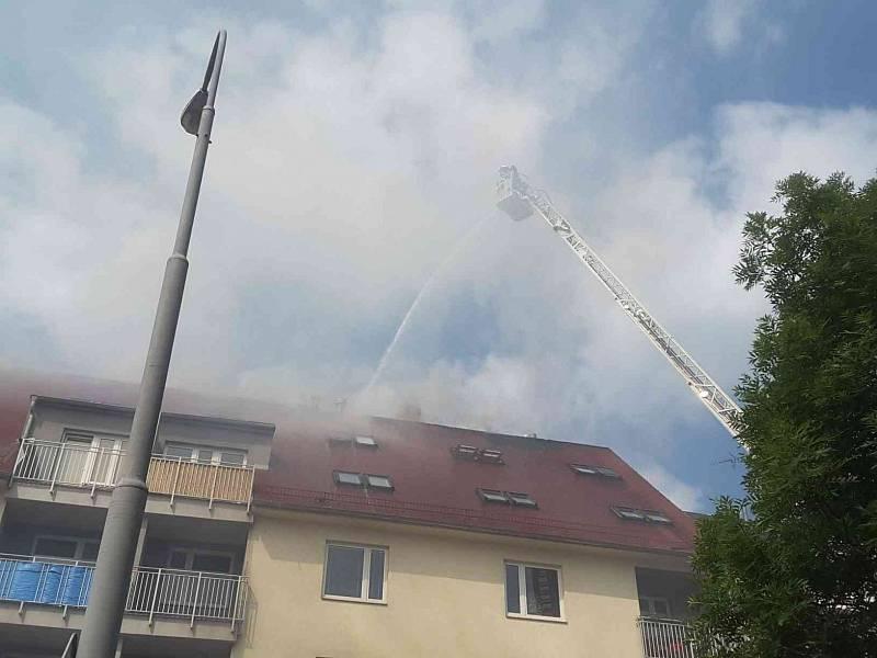 K požáru bytového domu na brněnském Rostislavově náměstí vyjeli v pátek hasiči. Dům začal hořet kolem desáté hodiny dopoledne.